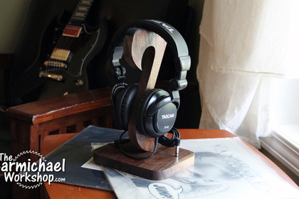 1527989796_headphonestand1