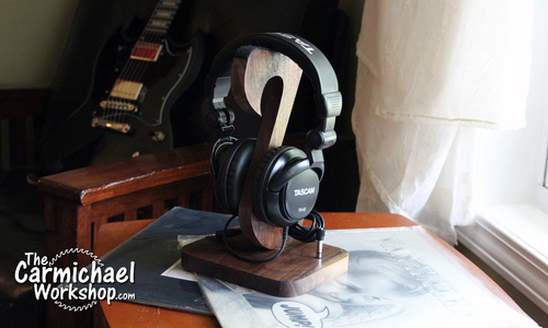 1527989796 headphonestand1