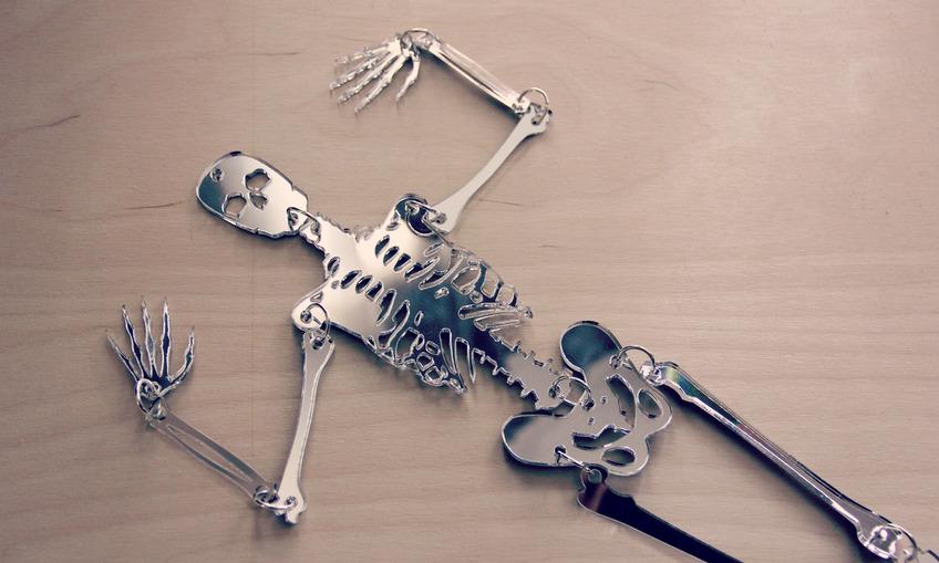 1384219760 skeleton mirror1